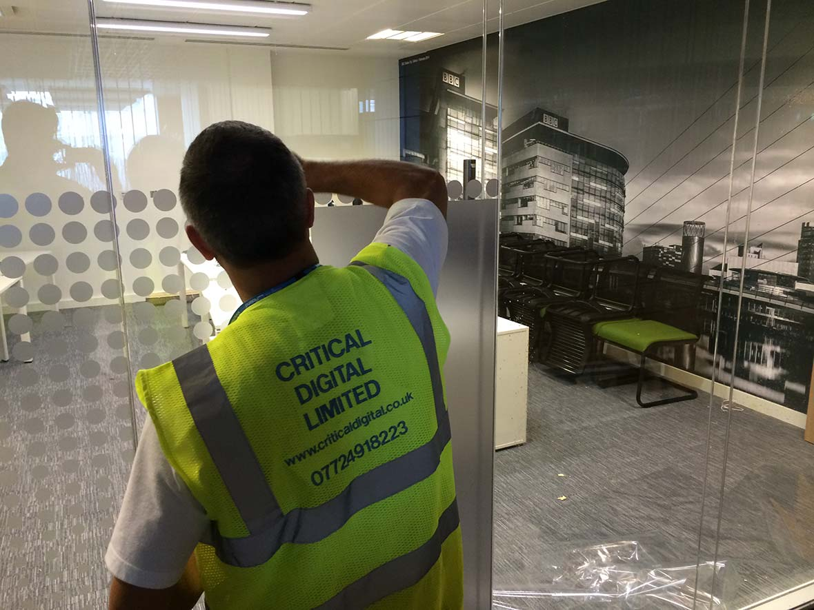BARCLAYS-CONTACT-CENTRE-APPLYING-DECALS